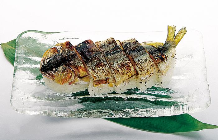 丁寧に塩焼きされた鮎を一尾丸ごと使った贅沢な鮎の姿ずし。香ばしい香りと上品で清廉な味わいに程よく染みる塩味とふくよかな酢飯が絶妙な一品です。