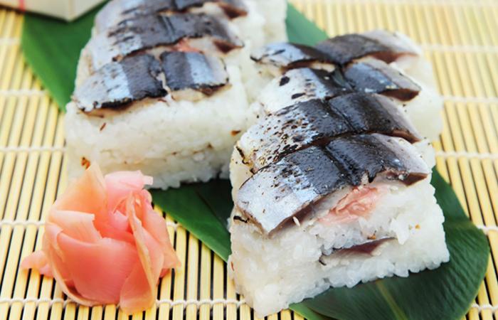 贅沢に香ばしく炙った酢締めの秋刀魚が贅沢に重ねで二枚使用!脂ののった旬の秋刀魚の旨み、煎りごまの香ばしさ、甘酢生姜の食感と風味がアクセントがなんとも言えない美味しさです。期間限定の贅沢ずしをぜひお楽しみください!